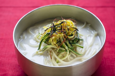 "missKOREA出品的""牛骨汤刀削面""以香浓的牛骨汤为底汤,醇香浓郁。(Samira Bouaou/大纪元)"
