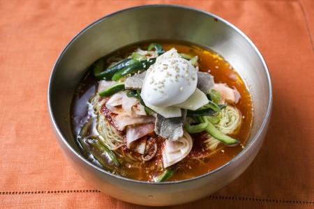 """酸、甜、辣完美调和的""""凉拌冷面"""",添加了肉片、鸡蛋、黄瓜丝、泡菜和萝卜片等食材,佐以带甜微辣的酱料和提味的麻油,入口香甜,带一丝凉意,真是爽口。(Samira Bouaou/大纪元)"""