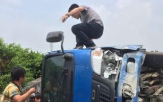 国道小货车翻覆 议员路过救人为先