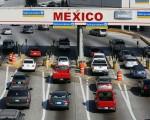 美国一对男女周二驾车越过美墨边境后遭墨西哥当局拦截,并被查获车中的行李箱内藏有一具孩童尸体。图为由美国方向要进入墨西哥的入口。(David McNew/Getty Images)