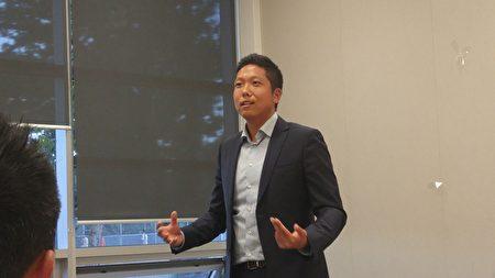 图:资深保险经纪Patrick Chen正在分享人生经历。(邱晨/大纪元)