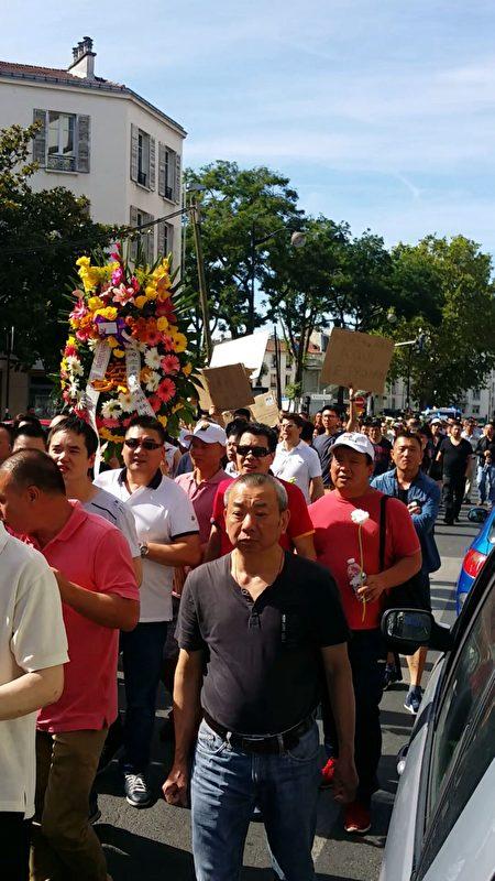人們懷著憤怒、悲痛與無奈的心情,手捧白色菊花陪著受害者家屬。(解空/大紀元)