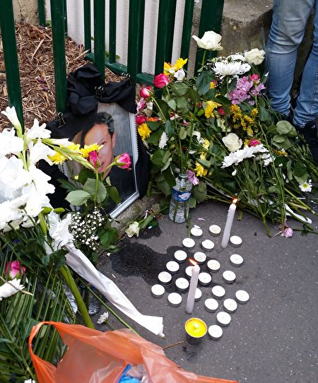 華人在事發地為受害者獻花和蠟燭。(解空/大紀元)