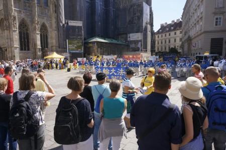 维也纳史蒂芬大教堂广场的反迫害集会上,民众在了解这些。(大纪元)
