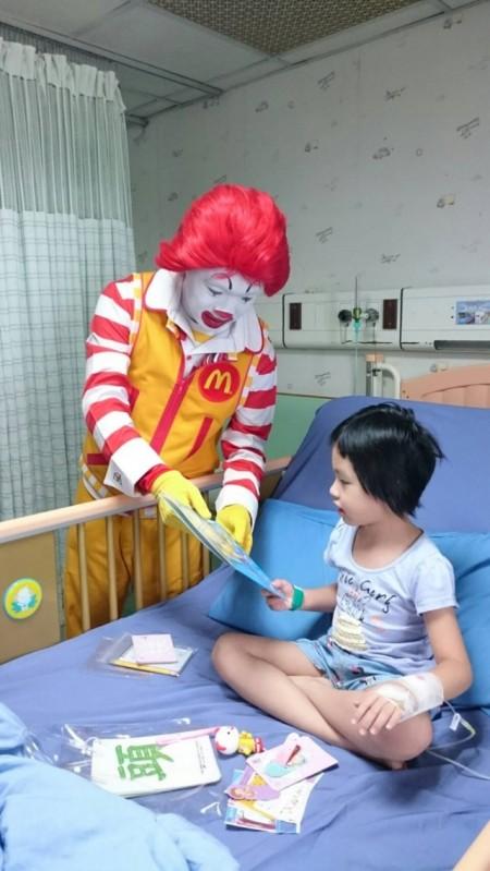 麥當勞叔叔到兒童病房探視小朋友,並提醒小朋友洗手的重要性。(羅東博愛醫院提供)