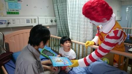 麥當勞叔叔現身病房給小朋友驚喜,並提供小禮物希望小朋友能早日康復。(羅東博愛醫院提供)