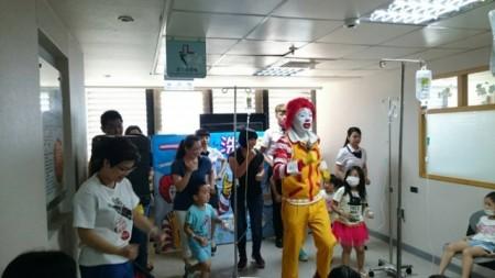 兒童病房的小朋友們與麥當勞叔叔開心跳著活力健康操。(羅東博愛醫院提供)