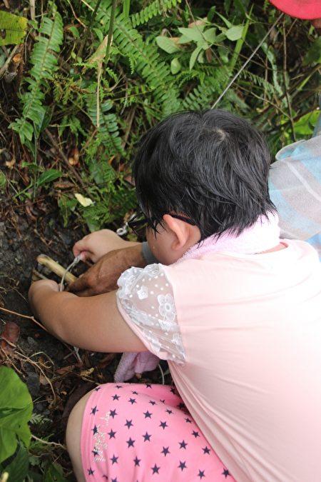 来自基隆弱势家庭孩子今(19)日在寒溪牧师带领下进入山林体验猎人生活。(伊甸基金会提供)