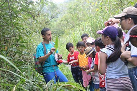 在寒溪教会牧师黄志坚的带领下,弱势家庭的孩子能有更丰富的学习经验。(伊甸基金会提供)