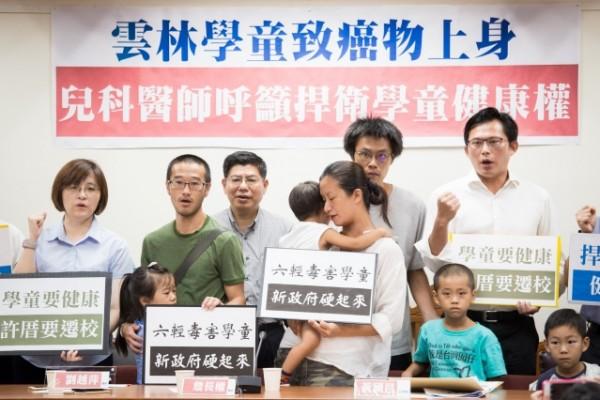 多位醫師、公衛學者等人22日召開「兒科醫師呼籲捍衛雲林學童健康權」記者會,呼籲政府正視六輕對學童造成的健康危害。(陳柏州 /大紀元)