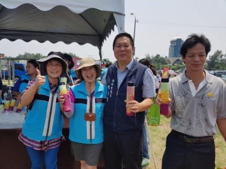 除風箏秀還有許多好玩的活動右二為新竹市議員陳治雄。(林寶雲/大紀元)