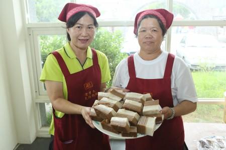 三星在地作粿师傅黄宝珠(右)现场手作九层炊。(曾汉东/大纪元)