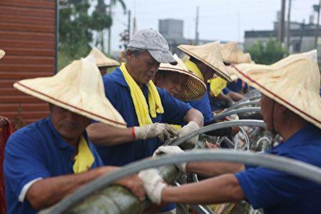 白云、玉石二村地方耆老及当地村民共同参与,将技巧经验传承下一代。(曾汉东/大纪元)