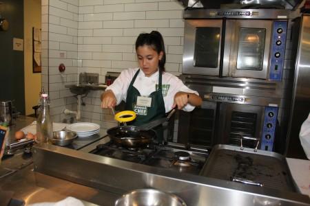 Valentina Moraccini正在煎製。(徐綉惠/大紀元)