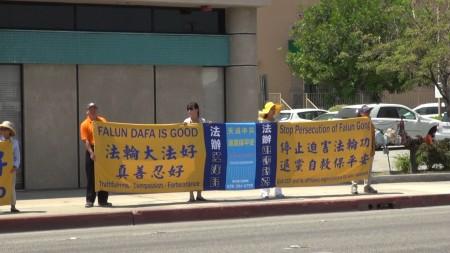 8月6日,洛杉磯近百名部分法輪功學員,用橫幅和展板,築起了一道醒目的「真相長城」。(薛文/大紀元)