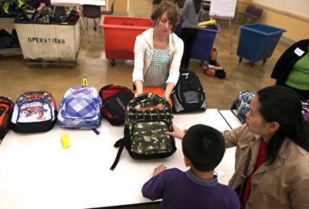 家長要注意看學校列出的清單,幫孩子買齊老師要求的文具用品。