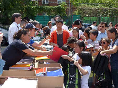 孩子們在領取免費的新書包、新文具。