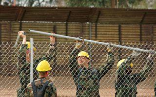 川普在1月6日发表推文说,美国先垫付的筑墙费用,最后都会由墨西哥埋单。图为美国工程兵正在美墨边境安装围栏。 (David McNew/Getty Images)
