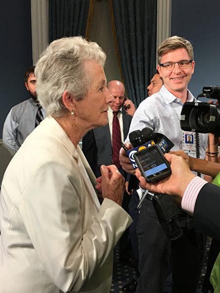 奥尼尔的母亲(左)在接受记者采访。 (钟鸣/大纪元)