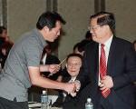2010年時任中共文化部長蔡武(右)率團訪臺期間,收到法輪功學員遞交的申誡信。(宋碧龍/大紀元)