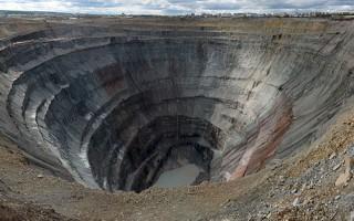 俄羅斯西伯利亞東部的米爾礦場(Mir mine)蘊藏大量鑽石,堪稱是全世界最昂貴的礦洞。(維基百科公有領域)