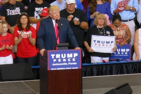 特朗普在北佛州傑克遜維爾競選集會演講。(黃雲天/大紀元)