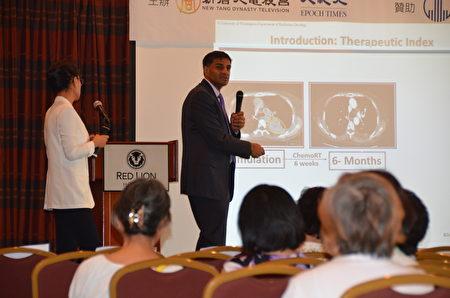 西雅圖癌症護理聯盟質子治療中心主任Dr. Ramesh Rengan介紹「質子束放射療法在肺癌治療中的作用」。(舜華/大紀元)