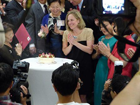 华商会为皇后区区长凯兹(Melinda Katz)庆生。
