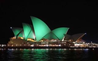 悉尼歌剧院8月8日晚披上了绿色衣装,提醒民众勿忘8月9日的人口普查夜。(燕楠/大纪元)