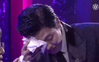央视主持人近日在直播节目时被一女歌手砸的头破血流。(视频截图)