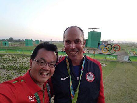 在裡約奧運會擔任醫療義工的華裔醫師鄭金光(左)與奧運銅牌獲得者、美國高爾夫球員馬特.庫查爾(Matthew Kuchar)合影。(鄭金光提供)