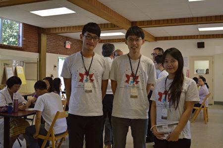 台湾中医国际服务队抵达温哥华义诊,图为国际志工(从左到右)游承恩、李奕钧与陈薇文。(邱晨/大纪元)