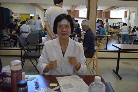 杨素卿中医师率领台湾中医服务队抵温义诊,图为她介绍帖药剂的安神效果。 (大纪元/邱晨)