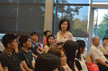 图: 叶宪年校长正在畅谈面试技巧,她建议年轻人避免一些误区,自信地准备好,求职并不难。(邱晨/大纪元)