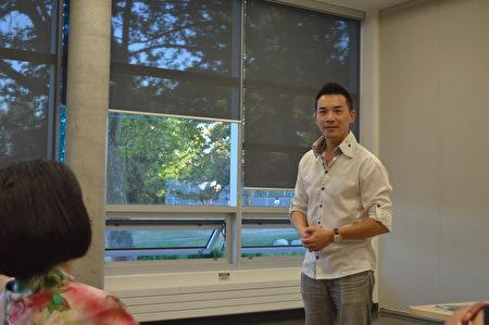 图:曾经在海关人事部工作的Jeffrey Chen正在分享人生经历。(邱晨/大纪元)