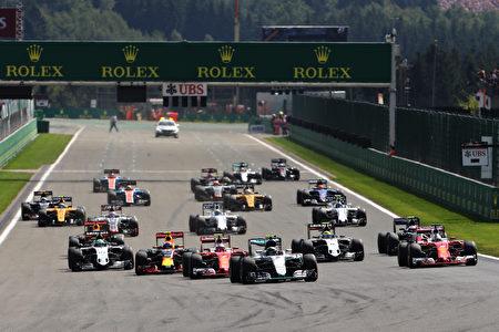 F1比利时站比赛开始后,赛车进入第一个弯道前的情景。 (Mark Thompson/Getty Images)