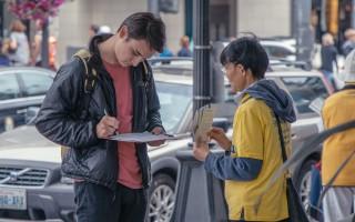 西雅圖法輪功學員征簽傳真相  各地遊客支持