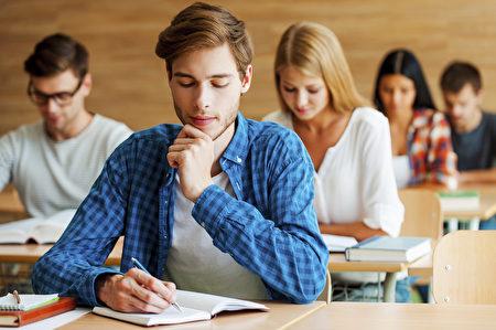 美国教授都期待学生提出问题。如果在课堂上,学生没理解某样东西,或者希望教授重复某项知识,都可以举手并且提问。(fotolia)