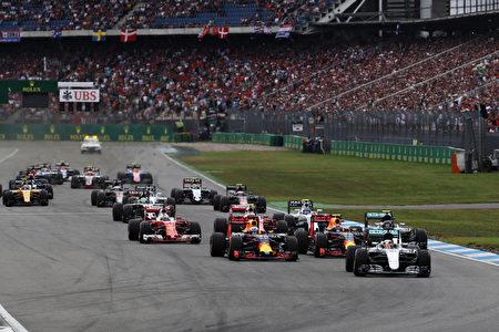 F1德国站比赛开始后,汉密尔顿驾驶的梅赛德斯赛车冲到最前面,即将进入第一个弯道。 (Mark Thompson/Getty Images)