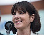 美國民主黨全國委員會(DNC)2日宣布,執行長艾米·黛西(Amy Dacey)辭職。她成為迄今為止民主黨內因電郵外洩而下台的最高級別官員。(Andrew Burton/Getty Images)