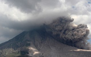 印尼三座火山爆发 机场关闭航班取消