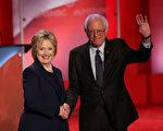 2月4日在新罕布什爾州,桑德斯(右)與希拉里參加民主黨主辦的最後一場黨內大選辯論會。 (Justin Sullivan/Getty Images)