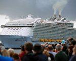 5月22日駛離英國南部港口的皇家加勒比巨型郵輪——海之和諧號首航,它是目前歷史上規模最大的遊輪。(ADRIAN DENNIS/AFP/Getty Images)
