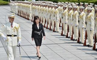 日本新防卫相稻田朋美(Tomomi Inada )(左二)8月4日在就职仪式上阅兵。(KAZUHIRO NOGI/AFP/Getty Images)