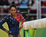 前奧運全能冠軍加比·道格拉斯 雖然在個人全能預賽中排名第三,但仍未能進入決賽。(BEN STANSALL/AFP/Getty Images)