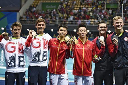 Great Britain's Thomas Daley and Great Britain's Daniel Goodfellow (L, bronze), China's Chen Aisen and China's Lin Yue (C, gold) and US David Boudia and US Steele Johnson (R, silver) celebrate during the podium ceremony for the Men's Synchronised 10m Platform contest during the diving event at the Rio 2016 Olympic Games at the Maria Lenk Aquatics Centre in Rio de Janeiro on August 8, 2016. / AFP / Martin BUREAU (Photo credit should read MARTIN BUREAU/AFP/Getty Images)