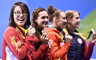 奪得里約奧運銅牌的中國游泳選手傅園慧(左一)表示,她用盡「洪荒之力」完成了比賽。(CHRISTOPHE SIMON/AFP/Getty Images)