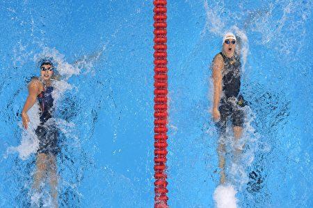 霍斯祖(右)游出58秒45成績,險勝美國女將貝克(左 )58秒75。(ODD ANDERSEN/AFP/Getty Images)