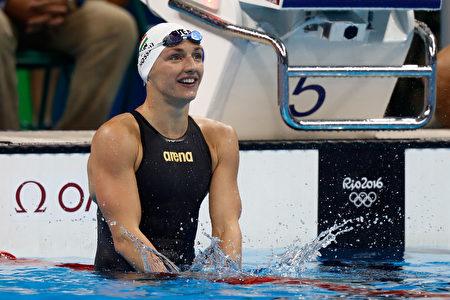 匈牙利選手霍斯祖在女子100公尺仰式的比賽中奪冠。(Clive Rose/Getty Images)