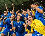 巴西女足12日在點球大戰中,以7-6淘汰澳大利亞女足,隊員瘋狂慶祝。16日巴西將在半決賽中迎戰瑞典。     (GUSTAVO ANDRADE/AFP/Getty Images)